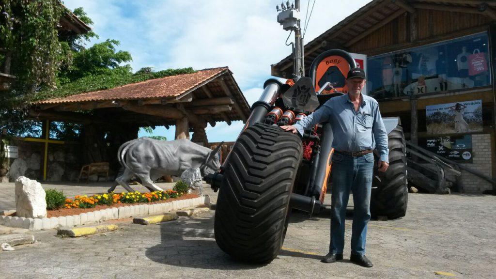 Oilton José Ferretti, ao lado do maior triciclo do Brasil