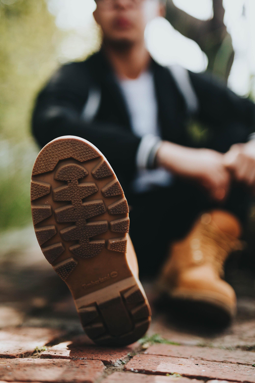 0f270ef7 Seja ou não tratorada, a sola do coturno costuma ser mais grossa que a das  outras botas. Esse tipo de solado confere estabilidade e resistência ao  calçado.