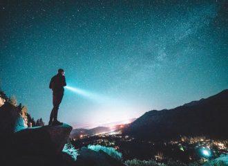 descubra o que considerar ao escolher uma lanterna para camping